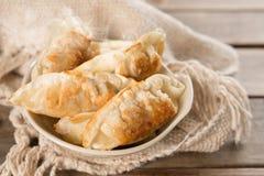Berömd asiatisk stekte klimpar för mat panna Arkivbilder