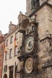 Berömd astronomisk klocka på den gamla stadfyrkanten Arkivfoton