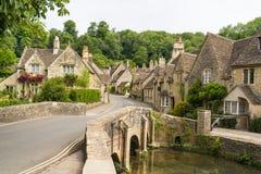 Berömd by av slotten Combe i Wiltshire England royaltyfri fotografi