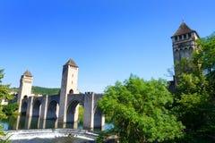 Berömd bro av Cahors över lottfloden Arkivbilder