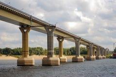 Berömd dansbro över Volgaet River, Volgograd royaltyfri foto