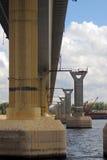 Berömd dansbro över Volgaet River, Volgograd royaltyfria bilder