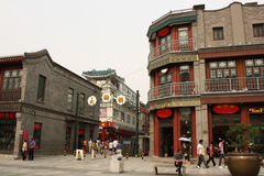 Berömd Dazhalan shopping som går gatan i Peking Fotografering för Bildbyråer