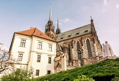 Berömd domkyrka av St Peter och Paul, Brno, tjeck, gul filt Royaltyfria Bilder