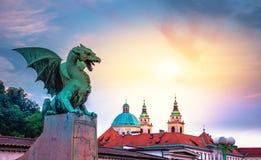 Berömd drakebro Zmajski mest, symbol av Ljubljana, huvudstad av Slovenien Arkivfoto