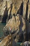 Berömd dykningklippaLa Quebrada i Acapulco Royaltyfri Bild
