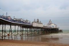 Berömd Eastbourne pir och strand i molnig dag Östliga Sussex som är engelsk Royaltyfri Bild