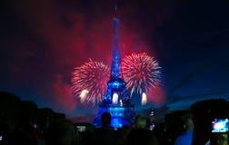 Berömd Eiffeltorn och härliga fyrverkerier under berömmar av fransk nationell ferie - Bastilledag Arkivfoto