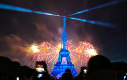 Berömd Eiffeltorn och härliga fyrverkerier under berömmar av fransk nationell ferie - Bastilledag Fotografering för Bildbyråer