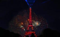 Berömd Eiffeltorn och härliga fyrverkerier under berömmar av fransk nationell ferie - Bastilledag Royaltyfri Fotografi