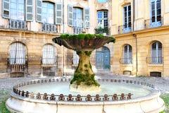 Berömd gammal mossa täckte springbrunnen i aixen provence Frankrike Royaltyfria Foton