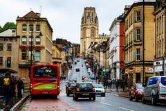 Berömd gata i mitten av Bristol, UK under den regniga dagen arkivbild