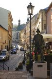 Berömd gata på Banska Stiavnica, Slovakien royaltyfria foton