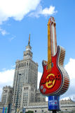 Berömd gitarr - symbol av Hard Rock Cafe i mitten av Warszawa Arkivbilder