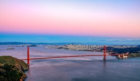 Berömd Golden gate bridge sikt från Marin Headlands på solnedgång, S arkivfoto