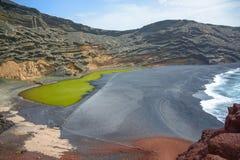 Berömd gränsmärke av Lanzarote, grön sjö Charco de los Clicos royaltyfria bilder