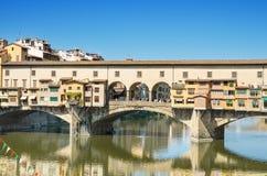 Berömd gränsmärke Ponte Vechio i Firence, Italien Arkivbilder