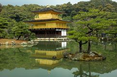 berömd guld- japan kinkakujikyoto paviljong Arkivbild