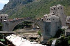 Berömd historisk bro-monument i Mostar, Bosnien och Herzegov Arkivbilder