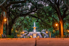 Berömd historisk Forsyth springbrunn i savannahen, Georgia Royaltyfri Fotografi