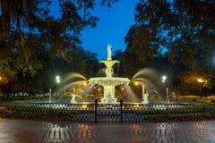 Berömd historisk Forsyth springbrunn i savannahen, Georgia Royaltyfria Bilder