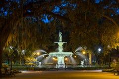 Berömd historisk Forsyth springbrunn i savannahen, Georgia Arkivbild
