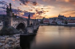 Berömd iconic bild av den Charles bron, Prague, Tjeckien C Royaltyfri Bild