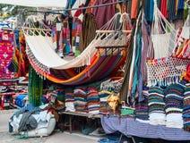 Berömd indisk marknad i Otavalo, Ecuador Arkivbilder