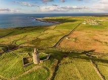 Berömd irländsk turist- dragning för antenn i Doolin, ståndsmässiga Clare, Irland Den Doonagore slotten är för thårhundrade för r Royaltyfri Fotografi