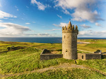 Berömd irländsk turist- dragning för antenn i Doolin, ståndsmässiga Clare, Irland Den Doonagore slotten är för thårhundrade för r Royaltyfri Bild