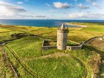 Berömd irländsk turist- dragning för antenn i Doolin, ståndsmässiga Clare, Irland Den Doonagore slotten är för thårhundrade för r Royaltyfri Foto