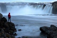 Berömd Island vattenfall Godafoss med kvinnaanseende observera naturen royaltyfria foton