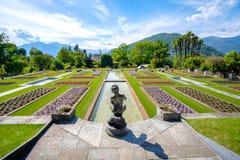 Berömd italienare arbeta i trädgården exemplet - den villaTaranto botaniska trädgården arkivfoto