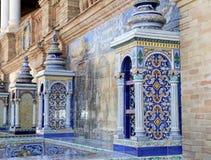 Berömd keramisk garnering i Plaza de Espana, Sevilla, Spanien royaltyfri bild