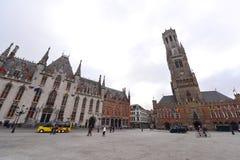 Berömd klockstapel av Bruges och den provinsiella domstolen på Grote Markt i Bruges Royaltyfri Foto