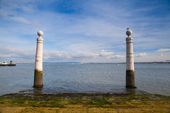 Berömd kolonnhamnplats (Cais das Colunas) på kommersfyrkanten, Lisb Arkivfoton