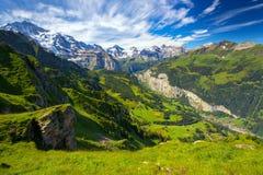 Berömd Lauterbrunnen dal med ursnygga vattenfall- och schweizarefjällängar Arkivbilder