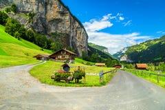 Berömd Lauterbrunnen stad och Staubbach vattenfall, Bernese Oberland, Schweiz, Europa royaltyfria foton