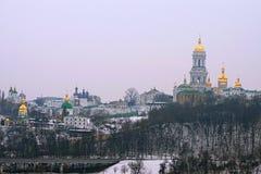 Berömd lavra och Belltower för Kyievo-Pechers `-ka på bakgrund för blå himmel Det är en historisk ortodox kristen kloster arkivbilder
