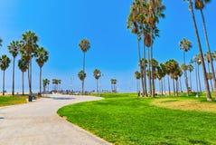 Berömd Los Angeles strand - Venice Beach med folk royaltyfria bilder