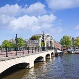 Berömd mager bro i det Amsterdam kanalbältet, Nederländerna Arkivfoton