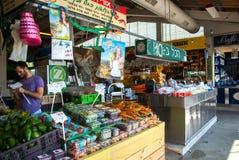 Berömd mat marknadsför inomhus Tel Aviv Israel Royaltyfri Foto