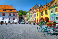 Berömd medeltida gatakaféstång, Sighisoara, Transylvania, Rumänien, Europa arkivfoto