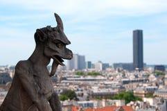 berömd montparnasse för chimera som förbiser tornet Arkivfoto