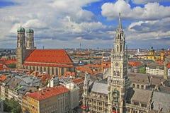 Berömd munich marienplatz med stadshuset och Fraue Royaltyfri Foto