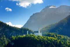 Berömd Neuschwanstein slott, slott för nypremiär för århundrade för th 19 romansk på en ojämn kulle ovanför byn av Hohenschwangau arkivfoton