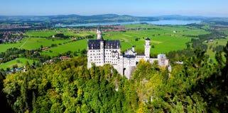 Berömd Neuschwanstein slott, slott för nypremiär för århundrade för th 19 romansk på en ojämn kulle ovanför byn av Hohenschwangau fotografering för bildbyråer