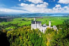 Berömd Neuschwanstein slott, sagaslott på en ojämn kulle ovanför byn av Hohenschwangau nära Fussen arkivfoto