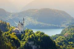 Berömd Neuschwanstein slott, sagaslott på en ojämn kulle ovanför byn av Hohenschwangau nära Fussen arkivfoton
