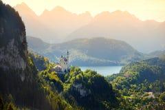 Berömd Neuschwanstein slott, sagaslott på en ojämn kulle ovanför byn av Hohenschwangau nära Fussen Royaltyfria Foton